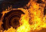 В Череповце ночью рядом с подъездом сгорела иномарка